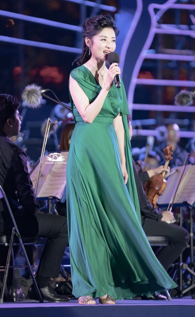 周涛一身墨绿色长裙现身某晚会,气质优雅发型简直太漂亮图片