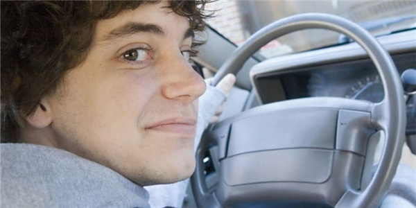 国庆去哪儿都要看  少年司机⻋祸风险⽐普通司机⾼3倍!美国提出5点建议