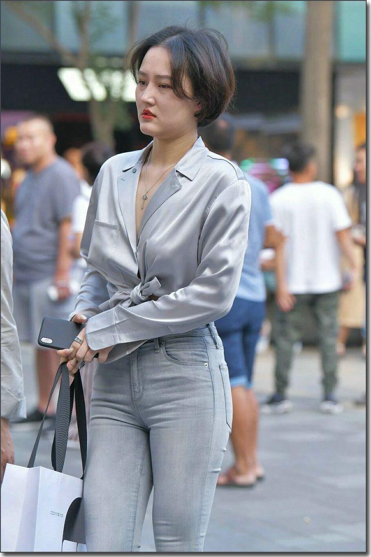高清街拍身材丰腴的美女身着紧身牛仔裤,尽显女人性感