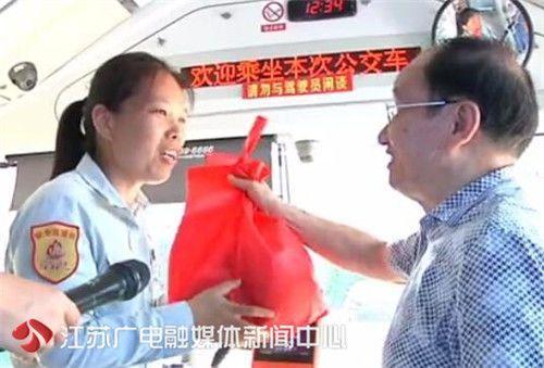 七旬老人坐错公交误了末班车 热心公交司机骑车护送