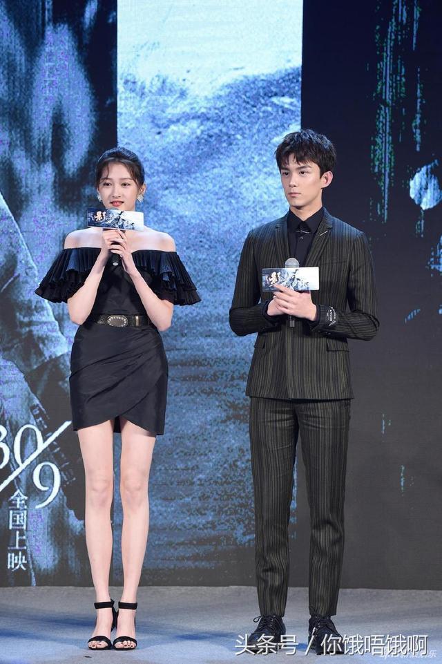 演员和导演的大合照,关晓彤的肩膀甚至比吴磊,郑恺还要宽.图片