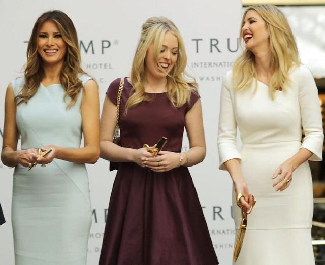 川普小女儿真敢穿!超短蕾丝裙现身伊万卡家,裙子这么紧都穿得下
