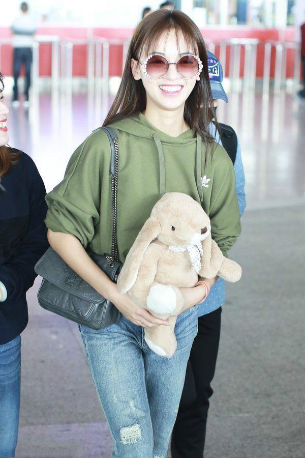 吴谨言机场穿的真随意,卫衣配牛仔裤,完全是大学生标配!