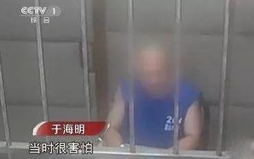 """在随后的争执中,""""宝马纹身男""""刘海龙拿出砍刀追砍""""电车男""""于海明,但不"""