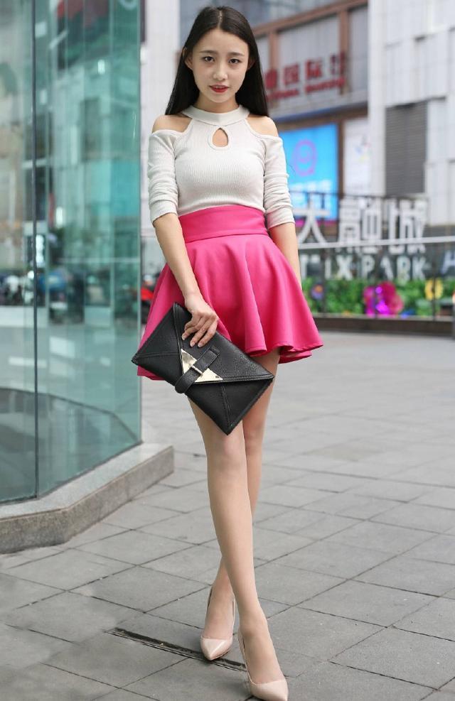 街拍:妩媚迷人风情的小姐姐,身姿丰腴显瘦美感十足很有范!