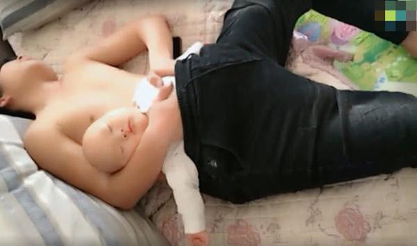 哥哥哄弟弟睡覺,怕弟弟冷想了個辦法,媽媽回家後看到笑噴了!