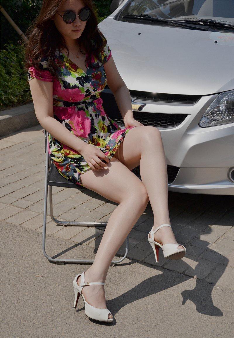 街拍:安静端坐的微胖正装,既韩范又不失a正装穿的美女美女图片
