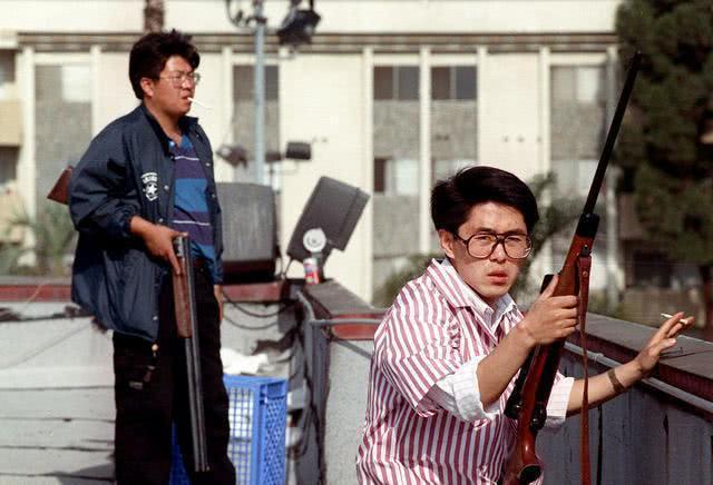 面对洛杉矶黑人骚乱,韩国人拿起枪保卫自己的财产