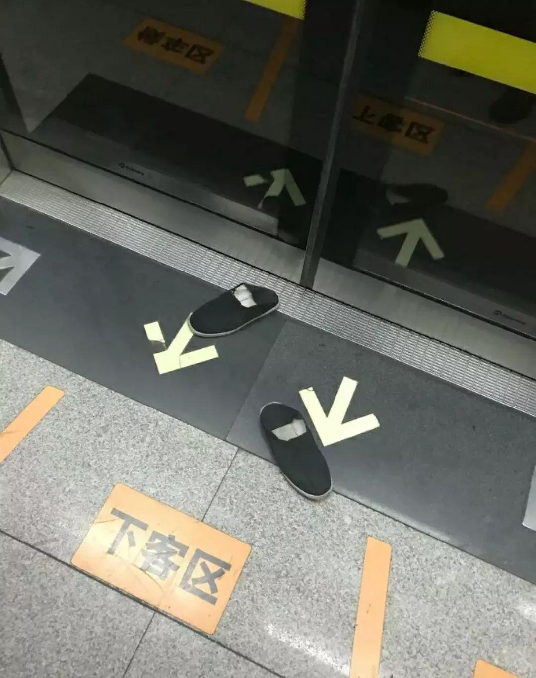 地铁上男子赤脚横躺座椅,乘客将其鞋子踢下地铁,网友:解气!