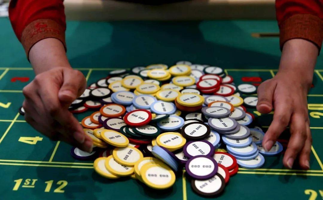 而且很多酒店为了吸引游客去赌,会免费送你几百筹码,于是套路就这样玩
