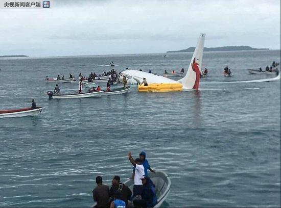 巴布亚新几内亚客机降落时冲出跑道入海 暂无伤亡