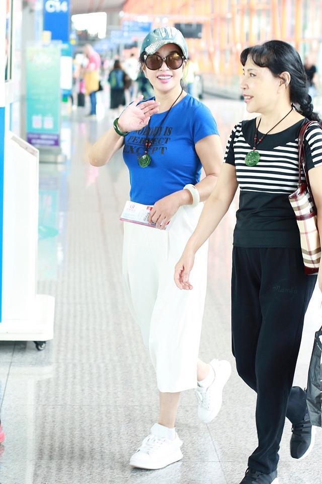 63岁刘晓庆会装嫩,蓝T恤搭配阔腿裤,和妹妹一起现身暴露少女心