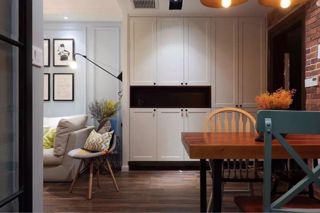 沙发墙与餐厅背景墙连一起,且中间过渡空间较小,可以把定制餐边柜图片