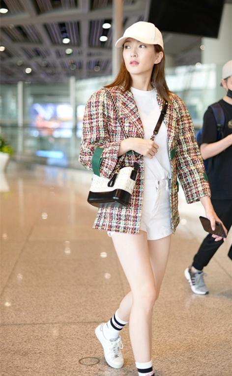 明星机场美腿秀:江疏影 白色短裤搭配长筒袜展现白皙美腿图片
