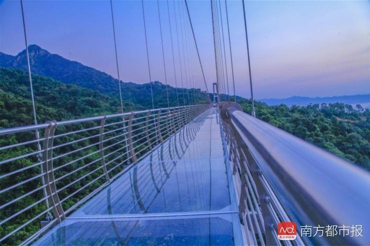 """够胆吗?踏上玻璃即""""破碎"""",佛山南丹山379米6d玻璃桥开放图片"""
