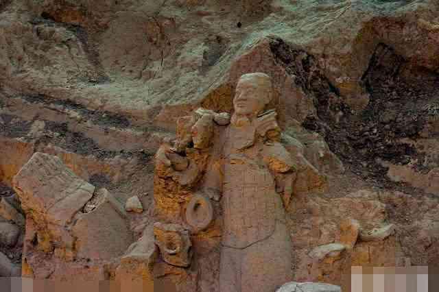 2千多年前的兵马俑,到底是不是用真人烧制的?这尊兵马俑漏了馅