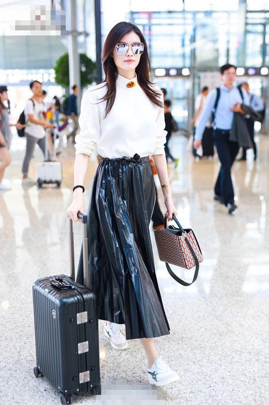 何穗真会玩,穿个黑色塑料裙就出来了,一般人可不敢这么穿!