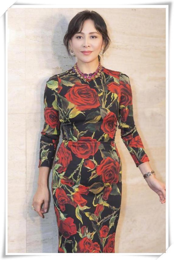 刘嘉玲又惊艳了,穿件又土又老的大妈裙竟这么美,好气质哪惧岁月