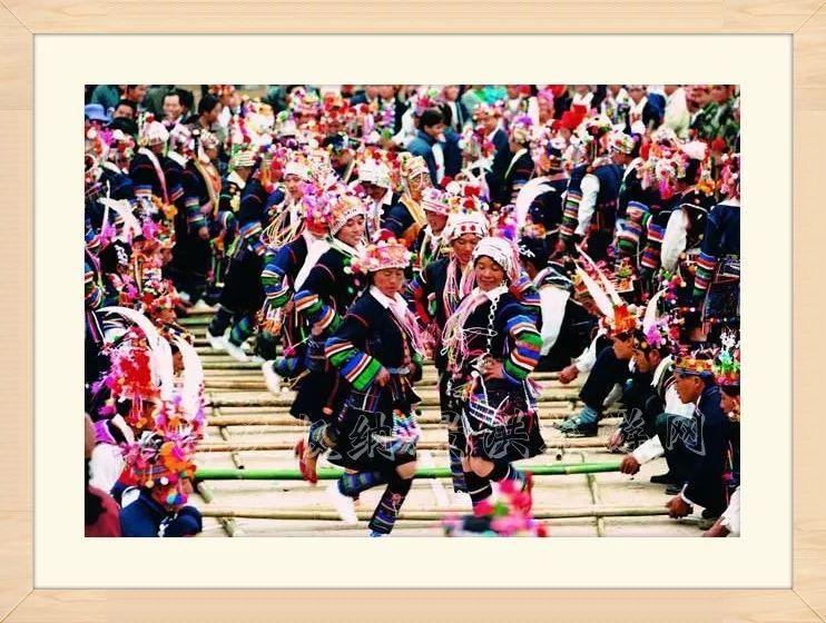 少数民族人体艺术风情大全_代表着云南少数民族艺术文化乐器 会场还能看到皮影戏 惟妙惟肖演绎着