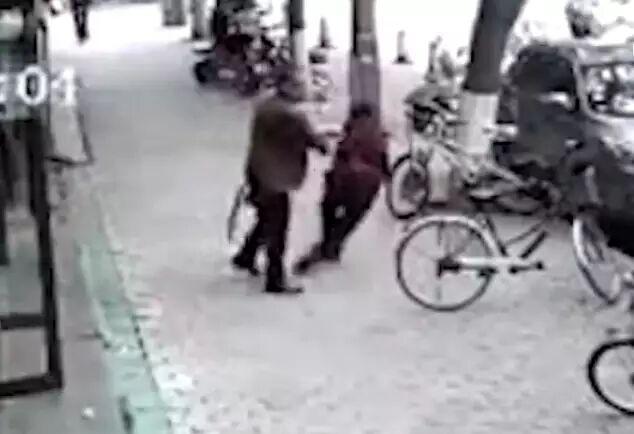 男子推倒面前老人同伴扔2元钱离开,这不是侮辱人吗?