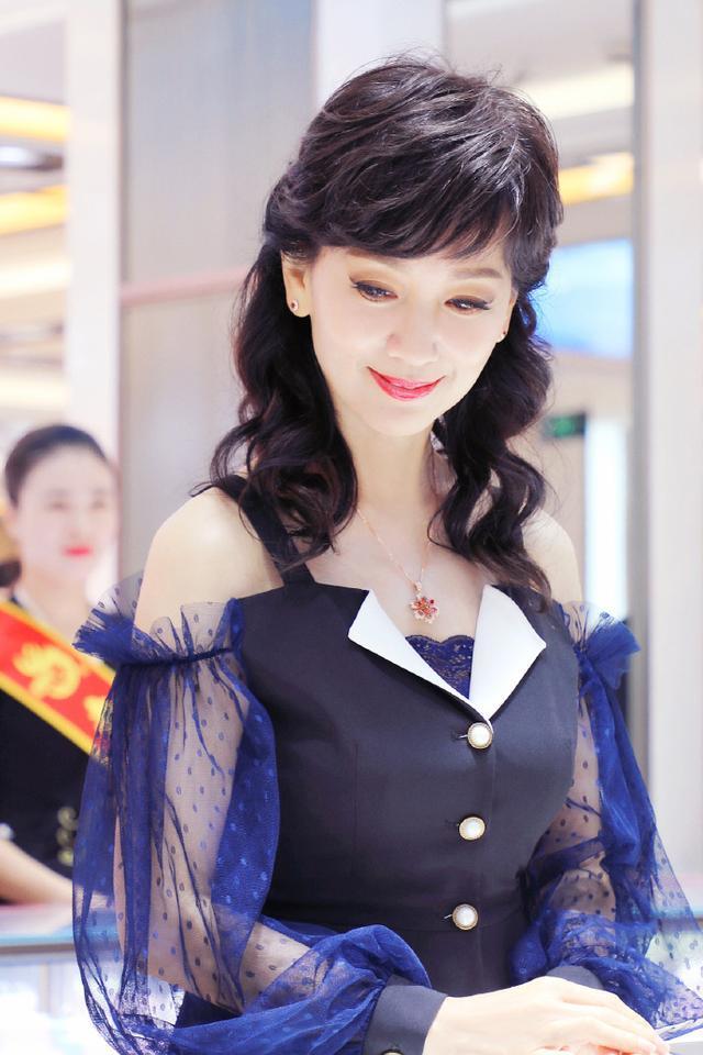 赵雅芝美得像开挂!穿薄纱裙优雅迷人,63岁的年纪23岁的气质