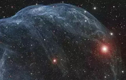宇宙气泡:影像中这团巨大的宇宙气泡是由一颗炽热大质量恒星的高速风吹制形成,它是一颗编录号为沙普利斯(sharpless)2-308的星云,位于距地约5200光年远的大犬座内,它覆盖的天区比满月稍大一些.