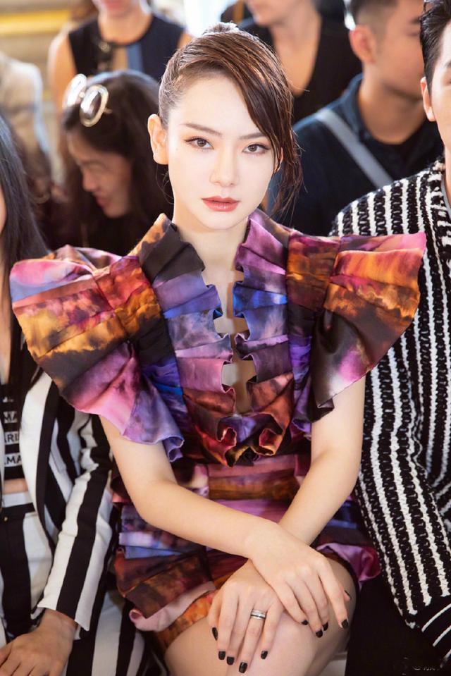 """戚薇穿的奇葩衣服还少吗?这""""花蝴蝶""""装算不上最夸张的了!"""