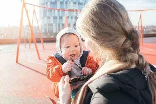 用辣椒水断奶,宝宝很受伤,儿科医生:这才是正确的断奶方法