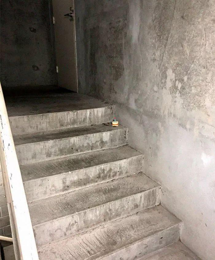 一上班族哥們在樓梯發現了一只死蟑螂後,苦悶的人生終于得到升華…