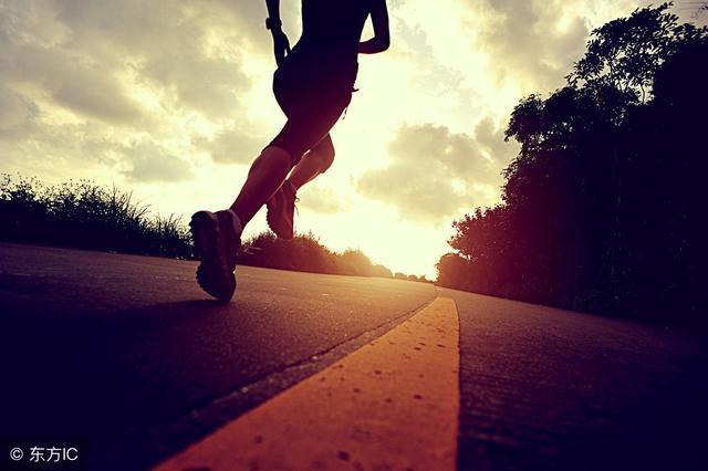 跑直道时要求两脚沿平行线跑,抬腿既不靠内也不靠外