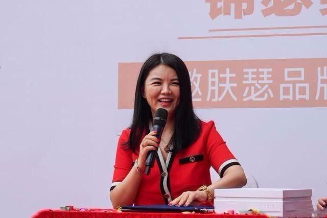 """李湘堪称""""整容式""""瘦身,穿一条红裙,美的让人挪不开眼!"""