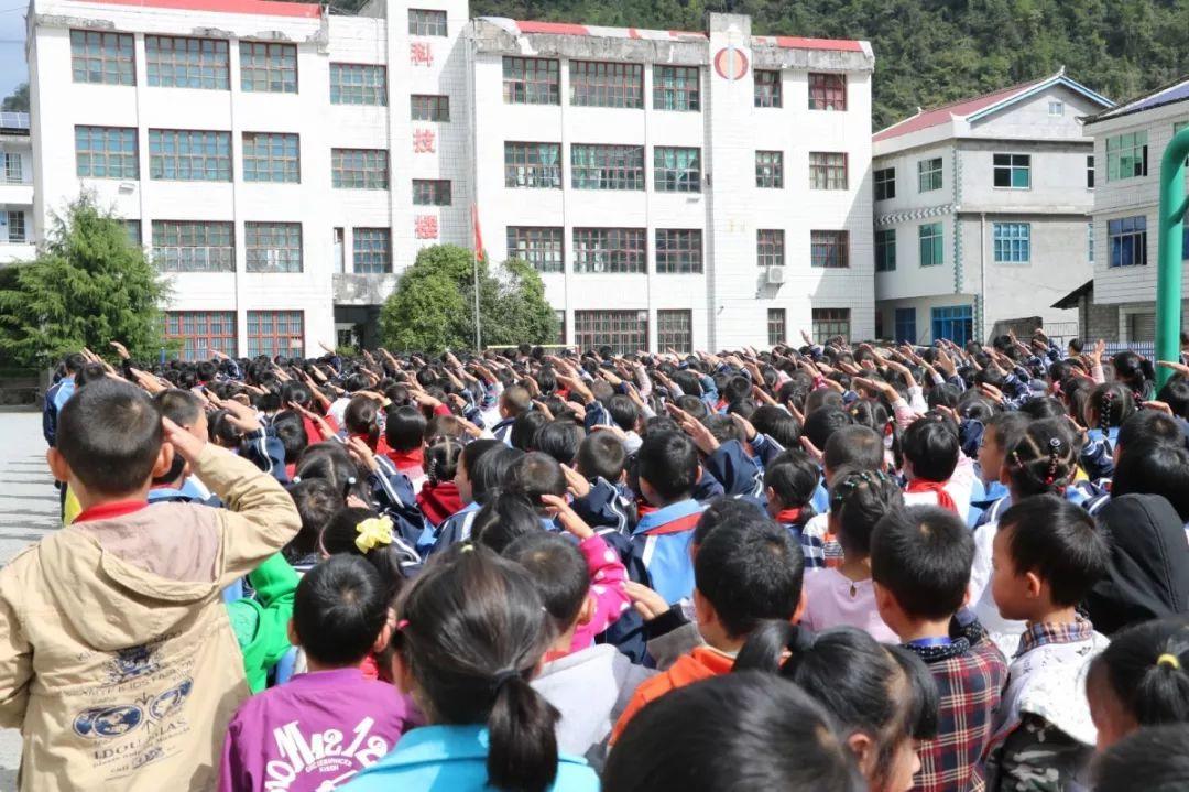 湾潭中小学生集体 向国旗敬礼