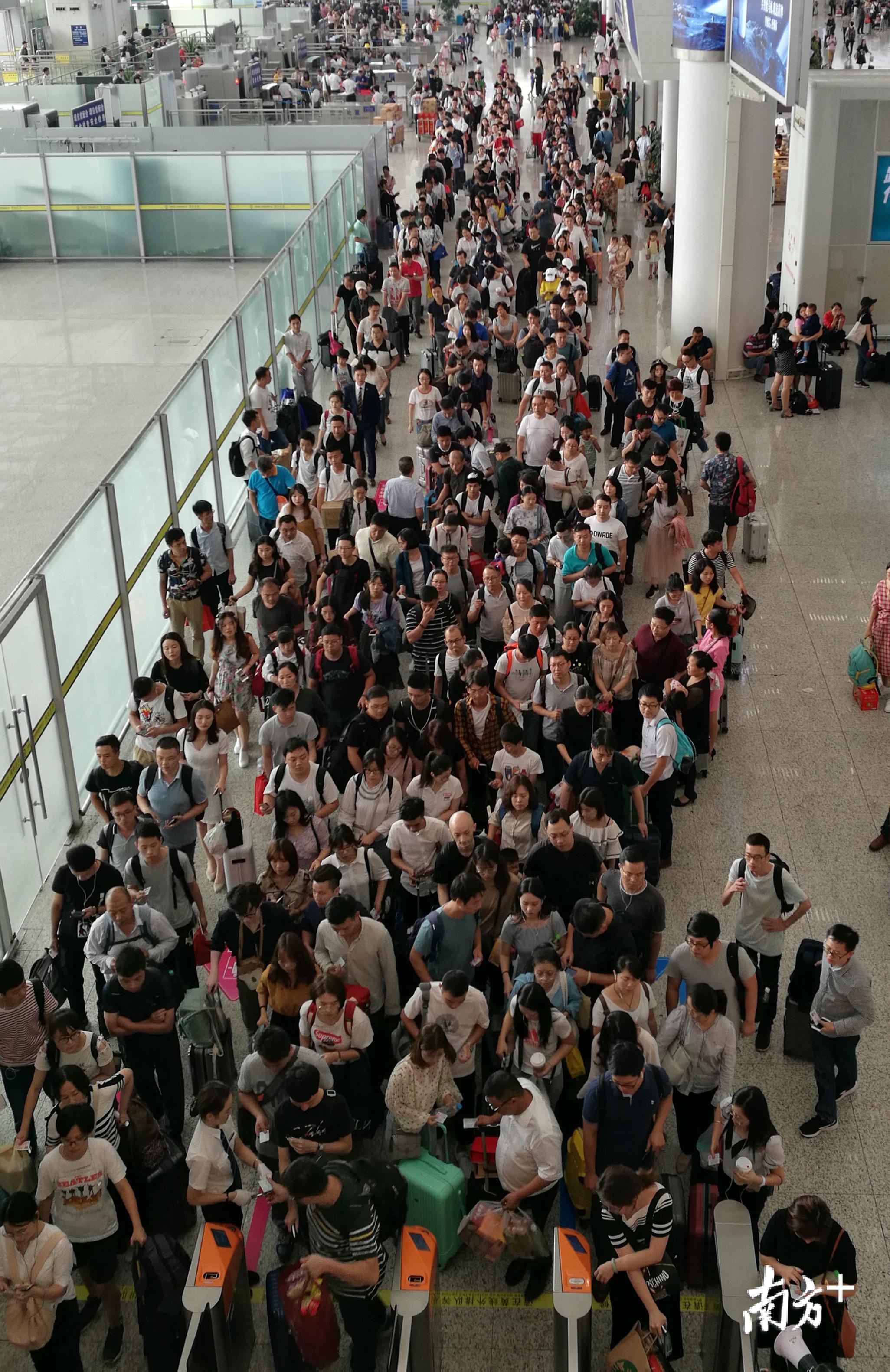 国庆长假来啦 广深各出城车站客流明显增多