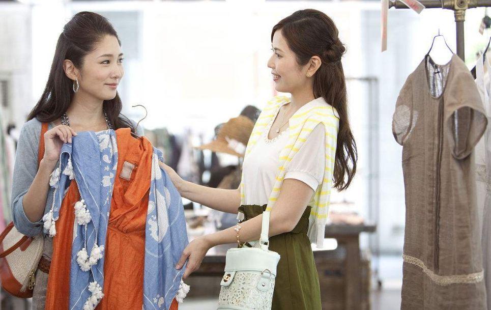 当顾客在试衣时,导购应该做什么?
