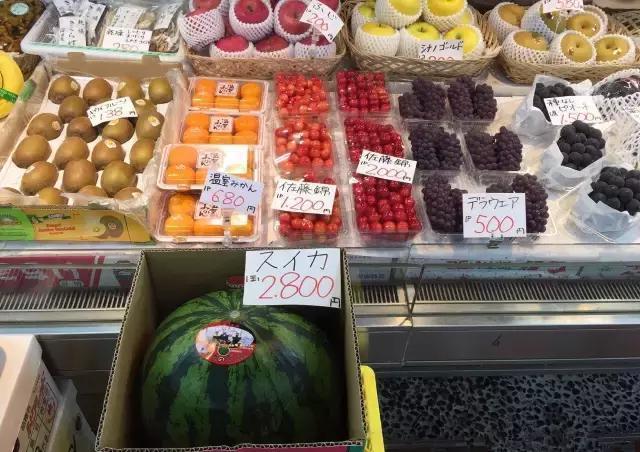日本游客到中國自助餐廳后,不看海鮮狂吃西瓜!得知原因后笑壞