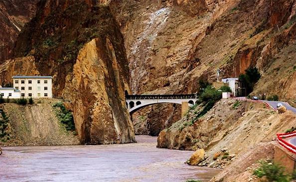 国内唯一不让拍照的桥,常年有武警把守,游客称之为318