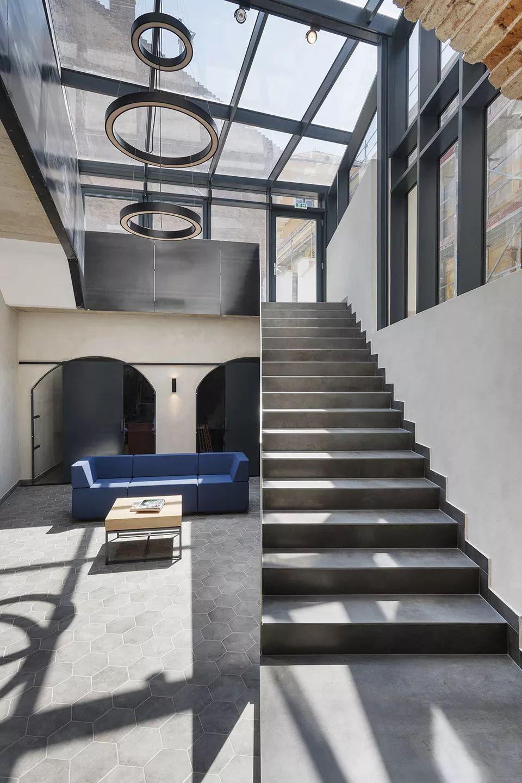废旧厂房的改造设计,粗糙的墙壁与现代空间也能搭配图片