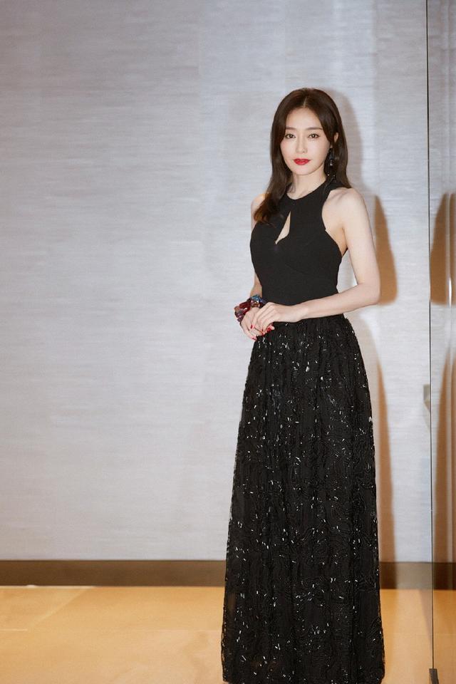 秦岚这回美得发光!穿吊带裙秀好身材,37岁的年龄17岁的样子