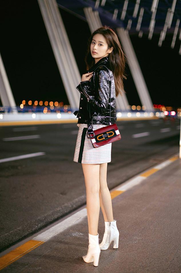 颖儿受邀出席巴黎时装周 机场造型尽显cool girl魅力