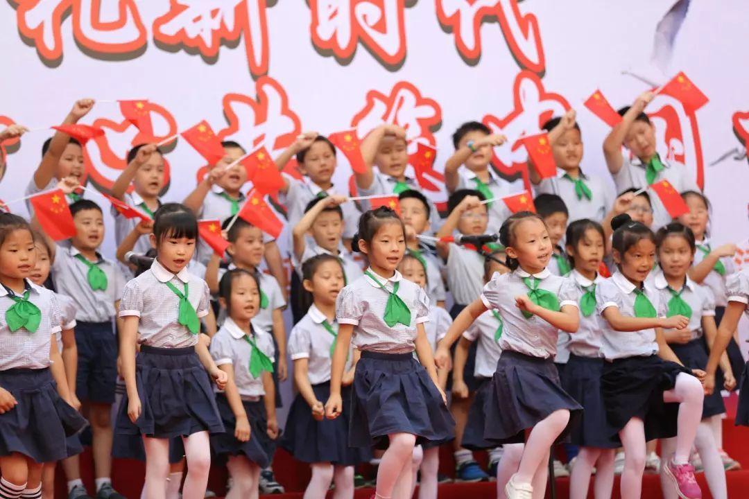 政务 正文  一年级的小朋友通过《七子之歌》,《让我们荡起双桨》唱出