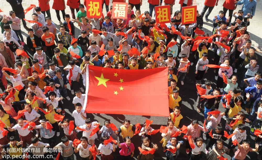 12 在中华人民共和国69周年华诞前夕,全国各地干部群众纷纷通过和国旗图片