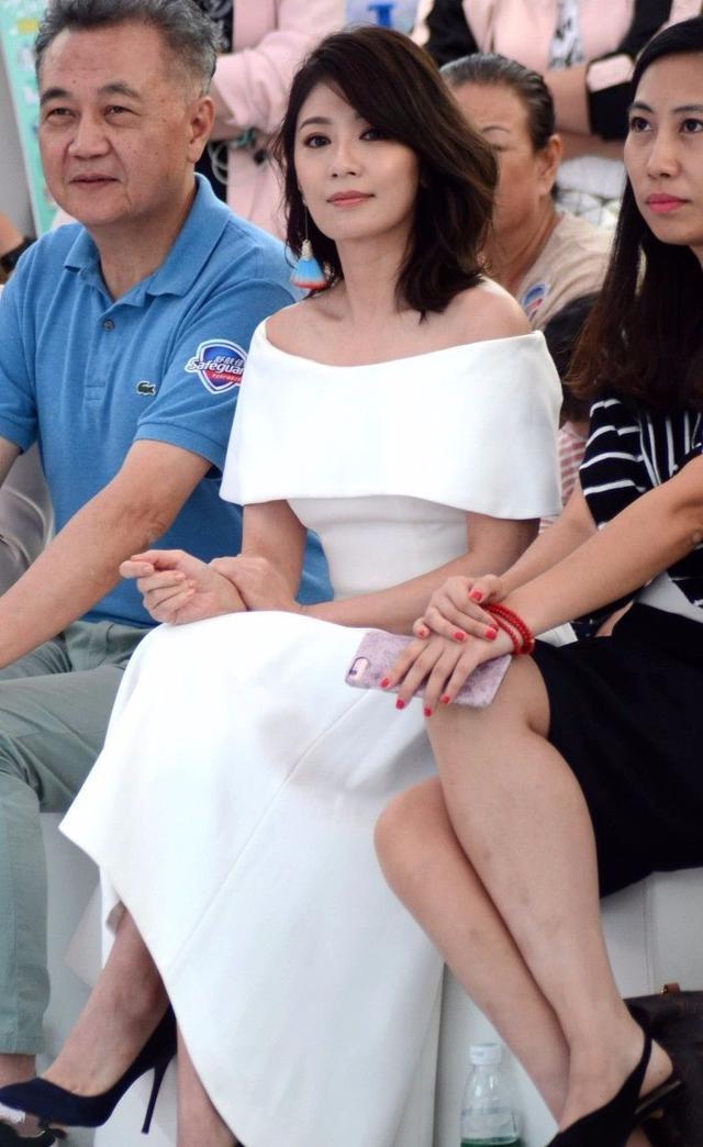 44岁贾静雯撞衫36岁孙俪,看不出8岁的年龄差,气质甚至比她好!