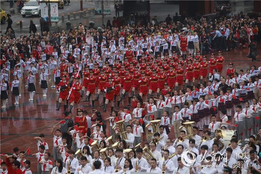 """""""  10月1日,重庆人民大礼堂前,升旗仪式过后,部分区县的小学生代表在图片"""