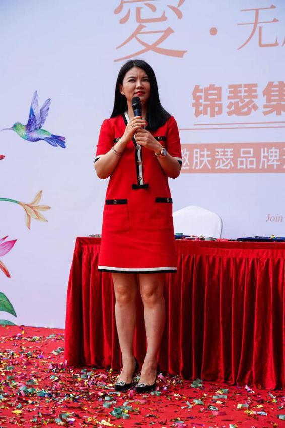 李湘穿红色长裙现身活动,未修图让人尴尬,终于相信你42岁了