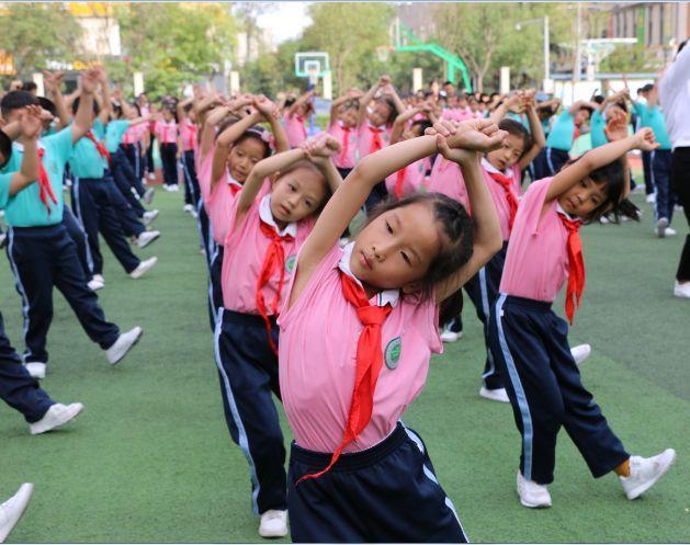 口号震天,队形变化迅速有序,动作统一有力,充分展示了经开五小学生的图片