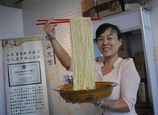 非遗项目传承人梁巧燕在烟台市文化馆制作立体剪纸 非遗项目传承人
