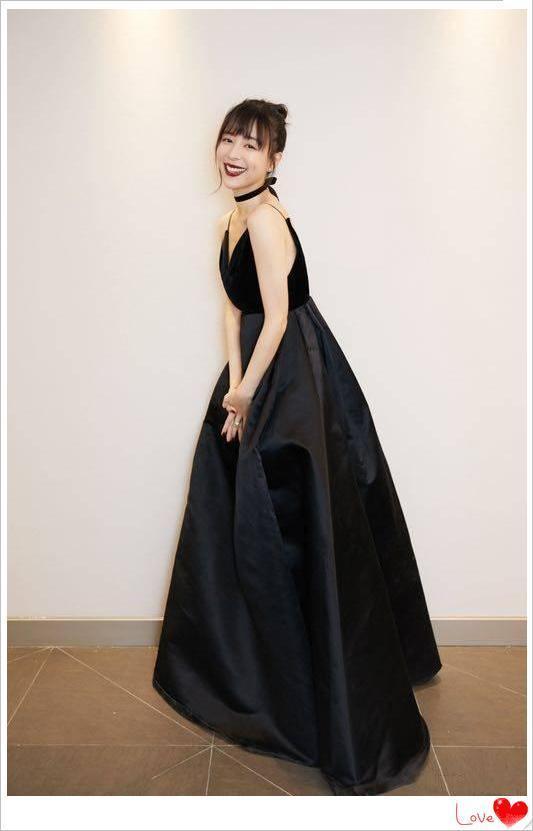张静初美起来真不低调,红唇配黑裙气场开挂,少女气质依旧惊艳