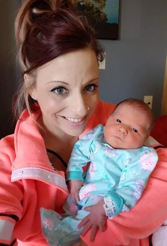 妈妈的吻有毒!18个月宝宝被亲后,浑身惨不忍睹……