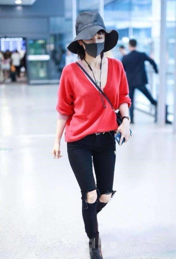 尴尬!王子文穿红色深V上衣现身机场,这下知道你是真的平胸了