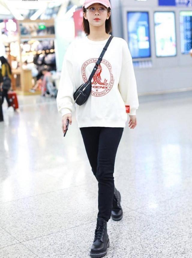 杨紫分手后更美了,白色卫衣搭马丁靴,柔中带刚,秦俊杰后悔去吧